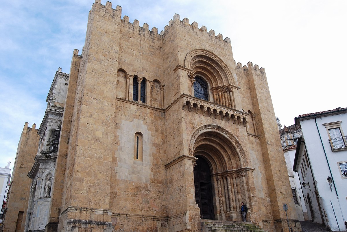 la massive façade-forteresse de la cathédrale Coimbra