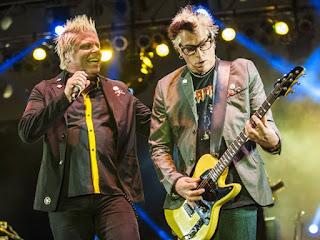 """Biografi The Offspring  The Offspring pertama kali dibentuk pada tahun 1984 oleh Dexter Holland dan Greg.K yang saat itu berusia 18 tahun setelah mereka ditolak untuk masuk menonton konser Social Distortion. The Offspring  adalah sebuah band beraliran punk yang berasal dari Orange County, California bagian selatan. The  Offpsring beranggotakan Dexter Bryan Keith Holland, Kevin """"Noodles"""" Wasserman, Greg Kriesel atau lebih  dikenal dengan Greg.K dan Atom Willard. Band ini memainkan musik musik punk yang terpengaruh oleh ska,  grunge dengan sound Seattle dan bahkan metal.  Band ini pernah mengukir sejarah di dunia musik underground ketika meluncurkan album Smash yang terjual  8 juta copy berkat hit-hitnya seperti """"Come Out and Play,"""" """"Self Esteem,"""" and """"Gotta Get Away,"""". Asal  mula the offspring, band ini bernama Manic Subsidal. Sebuah band dengan format garage band yang cukup  popular saat itu. Noodles yang berusia 21 tahun kemudian bergabung dan mulanya hanya dimanfaatkan oleh  Dexter dan Greg karena mereka berdua masih dibawah umur untuk membeli rokok dan bir. Tak lama setelah  itu, Marcus Parrish, teman satu sekolah Ron Welty yang nantinya menjadi drummer band ini-bergabung.Masih dengan nama band Manic Subsidal, band ini merilis EP pada"""