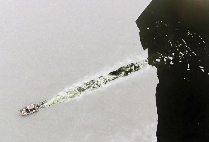 Barco quebra uma fina camada de gelo