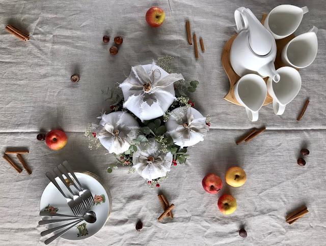 Jesienne nakrycie stołu z dekoracją z białych dyni baby boo