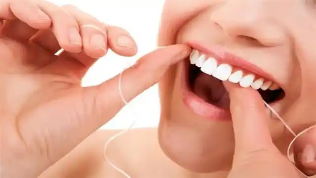 كيفية تبييض الأسنان باستخدام خيط تنظيف الأسنان .