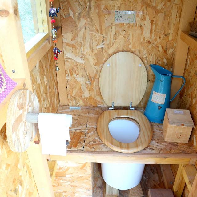 Les toilettes sèches aux Toiles de la Fuont.