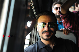 Bollywood Actor Vivek Oberoi Snapped Travelling by Local Train to Kelve  0014.JPG