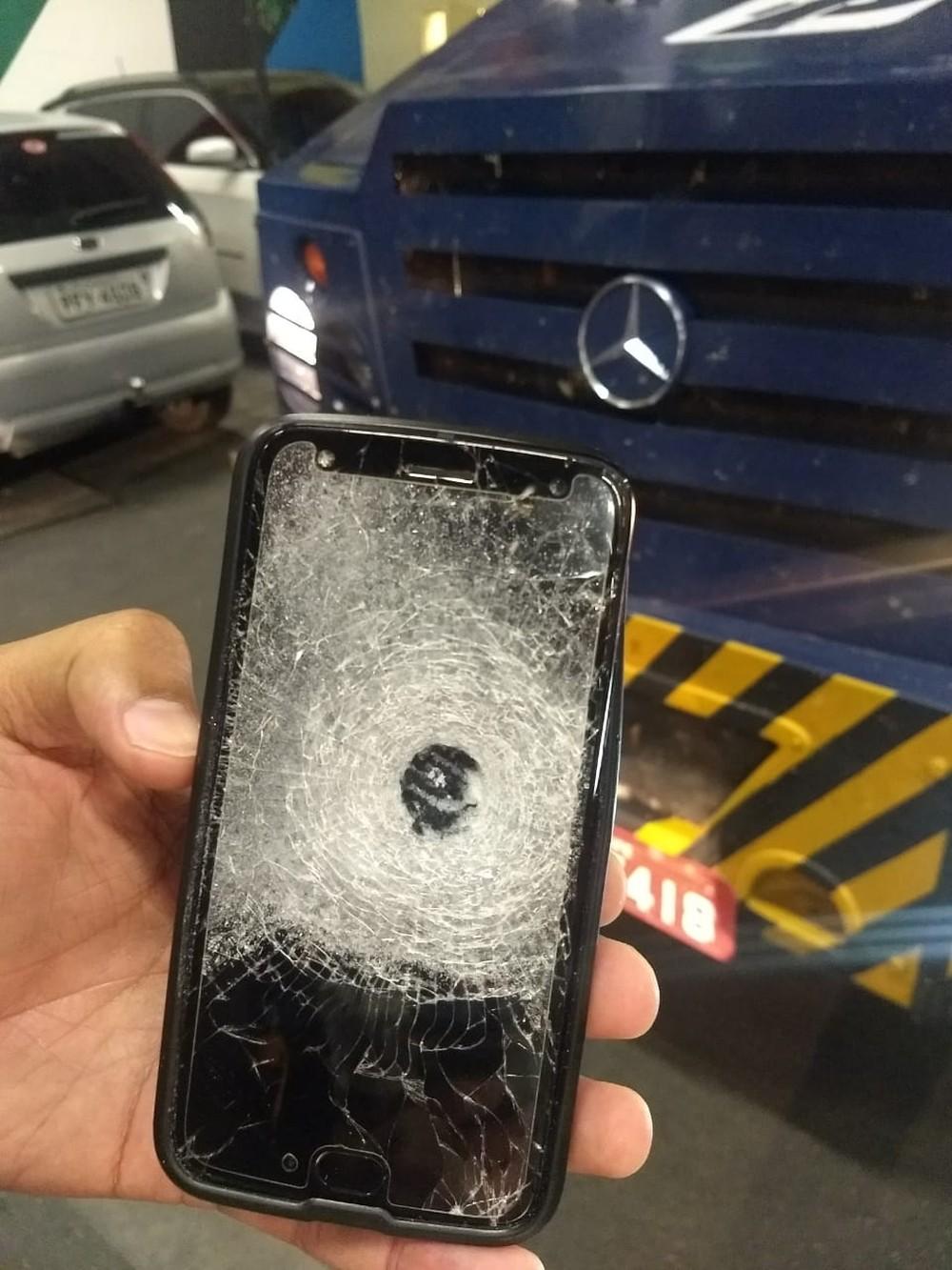 7f5c70ae997 ... tentativa de assalto a um carro-forte foi registrada dentro de um  supermercado atacadista no bairro Petrópolis, em Caruaru, no Agreste de  Pernambuco.