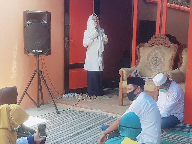 """Mojokerto - Calon Bupati Mojokerto, Hj.dr.Ikfina Fahmawati, M.Si atau yang akrab yang disapa Bu Dokter Ikfina menggelar kampanye di Rumah Ibu Suparmi Dusun Padi RT 01 RW 04 Desa Padi Kec. Gondang, Kabupaten Mojokerto, Kamis (15/10/2020) Pukul 11.00 - 12.00 WIB.  Efendy Nugroho, Ketua DPD PKS Kabupaten Mojokerto mengatakan bahwa pasangan Ikfina-Barra (IKBAR) mempunyai program penuntasan jalan di seluruh wilayah Kabupaten Mojokerto. Yang dihitung-hitung membutuhkan biaya 800 milyar.  """"Selain jalan yang dituntaskan. Ada juga paket data gratis, tunjangan bulanan bagi tenaga pendidik swasta dan TPQ. Serta peningkatan sarana dan prasarana pustu, puskesmas dan rumah sakit,"""" ujar Efendy.  Lebih lanjut, Efendy juga mengatakan bahwa Wakil Bu Ikfina adalah H.Muhammad Al Barra, Lc., M.Hum atau yang akrab disapa Gus Barra yang merupakan anak pertama dari KH.Asep Saifudin Chalim, pengasuh Pondok Pesantren Amanatul Ummah.  """"Total santri Ponpes Amanatul Ummah ada 8000 santri. Jadi sudah terbukti Gus Barra berpengalaman secara spiritual dan membangun akhlakul karimah pada umumnya. Jadi ini pasangan yang pas ya. Ahli kesehatan dan ahli agama,"""" kata Efendy.  Sementara itu, Calon Bupati Mojokerto, Hj.dr.Ikfina Fahmawati, M.Si mengatakan bahwa saya bu ikfina dengan calon saya Gus Barra sowan adalah untuk silaturahim. Karena apa, karena panjenengan semua berhak mengetahui secara langsung calon bupati Mojokerto sebagai bukti keseriusannya.   """"Kemudian tujuan kami yang kedua adalah menyampaikan visi misi program. Dan tadi sudah disampaikan Pak Efendy. Niat utama kami adalah melakukan sungguh-sungguh untuk mewujudkan Kabupaten Mojokerto yang maju, adil dan makmur. Perhatian utama kami adalah bidang pendidikan, kesehatan dan ekonomi. Karena tiga bidang tersebut sangat terdampak pandemi covid 19,"""" tegas Ikfina. (Jayak)"""