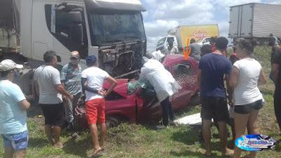 FOTOS IMAGENS-Quatro pessoas morrem em acidente entre caminhão e carro na BR-304