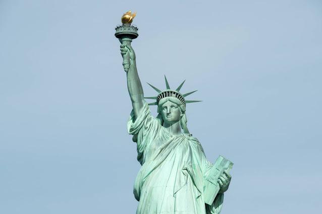 Tượng nữ thần tự do màu xanh lục hiện nay mặt chính