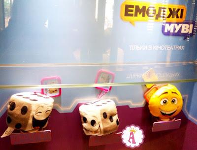 Мягкие игрушки кубики и смайл Джин в МакДональдсе Happy Meal Emoji Toys