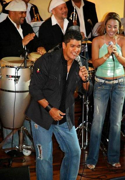Foto de Eddy Herrera cantando en el escenario