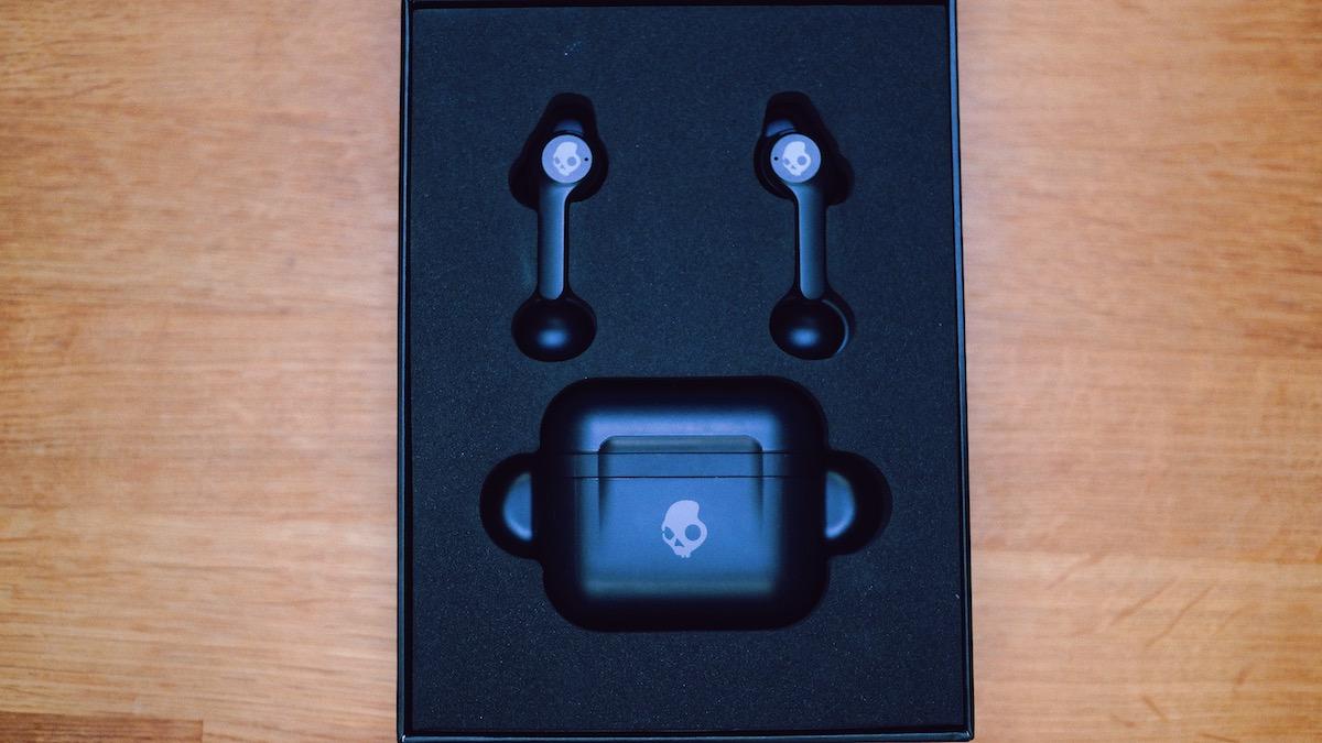 """Wireless Charge ist auch hier verbaut worden, sodass man das Case auf ein QI Pad (induktives Ladepad) legen kann und nicht zwingend zum Aufladen das mitgelieferte USB-C Kabel zum Einsatz kommen muss. Das Case bietet aber auch noch vier LEDs, welche den Ladezustand anzeigen können, wenn man das Case öffnet und lädt. Das finde ich wiederum sehr löblich. Der Akku der In-Ears ist beim Hören unterschiedlich schnell leer - denn es kommt darauf an, was du aktiviert hast. Ist ANC aktiv, so reduzierst du durch die aktiven Mikrofone natürlich die Hördauer. Eingeschaltet kannst du gute 5 Stunden deine Musik mit Umgebungsgeräuschunterdrückung genießen. Das Ladecase sorgt dann für weiter 14 Stunden Unterhaltung. Effektiv sind also mit ANC 19 Stunden drin. Hört man gerne ohne dieses Feature seine Musik, dann sind es satte 9 Stunden + 32 Stunden durch das Ladecase, also effektiv 32 Stunden Hörerlebnis. Dank des Schnellade-Feature """"rapid charge feature"""", kann man durch 10 Minuten Laden, satte 2 Stunden Musikgenuss über die  Indy ANC erhalten."""