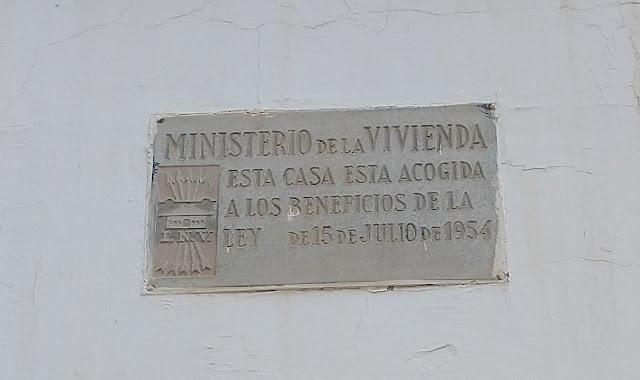 """Esta casa goza de los beneficios del decreto ley del 27 de noviembre de 1953 y es de renta limitada"""". """"Edificio construido al amparo del régimen de Viviendas de Protección Oficial"""""""