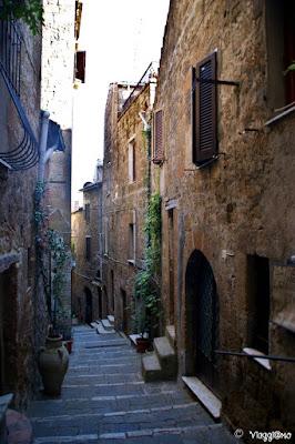 L'incantevole centro medievale con i tipici viottoli a Pitigliano