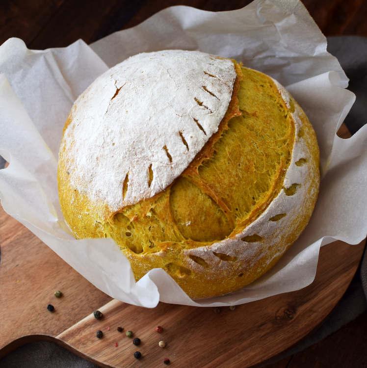 Receta para preparar pan con cúrcuma y pimienta