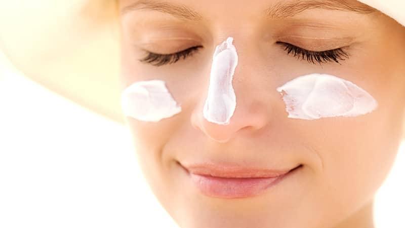 Sau khi tẩy da chết, cần chống nắng kĩ càng bằng kem chống nắng