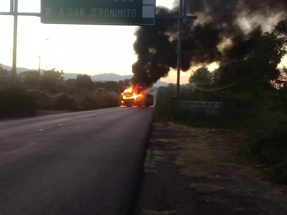 Sicarios incendian camiones en carretera Acapulco-Zihuatanejo, pagan a pobladores para bloquear y pedir salgan de ahí las fuerzas de seguridad