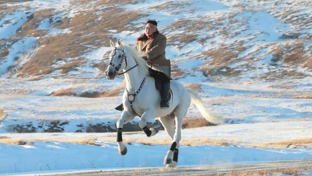 Kim Jong Un Mendaki Gunung Tertinggi di Korea Utara