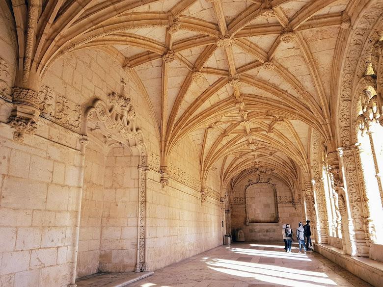 修道院內部的走道