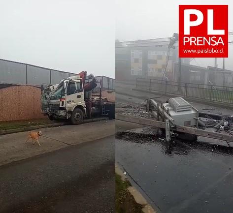 Osorno: camión choca contra poste del tendido eléctrico