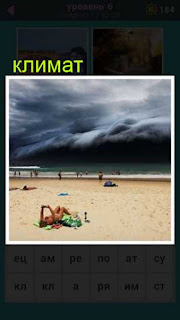 резкое изменение климата, девушка на берегу на пляже