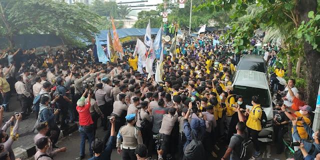 Sempat Bersitegang dengan Polisi, Mahasiswa Paksa Masuk Gedung KPK
