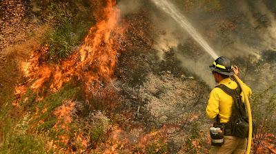 Equipes de bombeiros da Califórnia lutando contra grandes incêndios florestais em direção a áreas devastadas