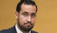 En 2016, face à des agents alertés pour des cris provenant de son appartement, l'ex-collaborateur de l'Élysée aurait affirmé être un policier et le chauffeur du ministre de l'Intérieur de l'époque, selon Le Monde.