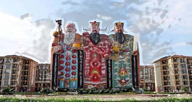 The 10 story Tianzi Hotel was constructed in the year 2000. Fu, Lu and Shou portray Chinese gods. These gods symbolize good luck, affluence and long life.  It is considered as the biggest image hotel worldwide. You can enter the hotel from the right foot of Shou.