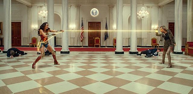 Gal Gadot y Kristen Wiig. Imagen de HBO Max.