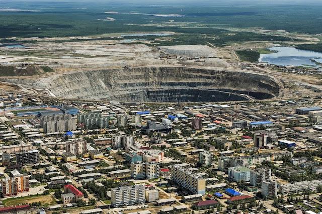 """تسمية ميرني باسم """"المدينة الأحادية"""" لأن معظم سكانها البالغ عددهم 40،000 يعملون في صناعة الماس"""