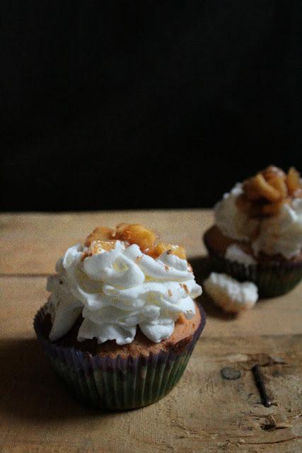 Cupcakes con panna montata e mela caramellata.