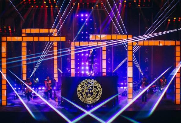 Bruno Mars Sensual Live Performance at Billboards Music Awards 2017