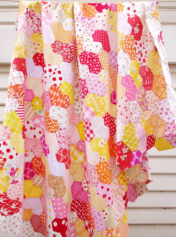 Warm Hearted Quilt - Pattern by Jodi Godfrey from Tales of Cloth | © Red Pepper Quilts 2020 #englishpaperpiecing #patchworkquilt