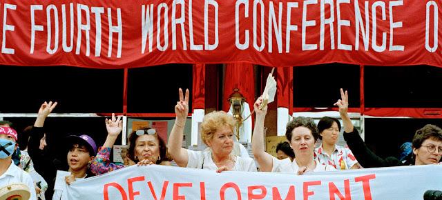 Participantes de grupos de la sociedad civil se reúnen al margen de la Cuarta Conferencia Mundial de las Naciones Unidas sobre la Mujer, celebrada en Beijing (China) en septiembre de 1995.ONU/Milton Grant