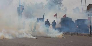 tear-gas-water-on-farmer-in-delhi