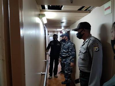 Tim EFQR ( Eastern Fleet Quick Response) Lanal Tual bersama KP3 Tual dan Syahbandar Tual saat melakukan pemerikasaan seluruh ruangan dikapal