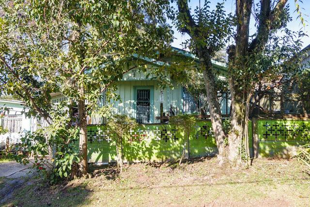 A casa de madeira pintada de verde