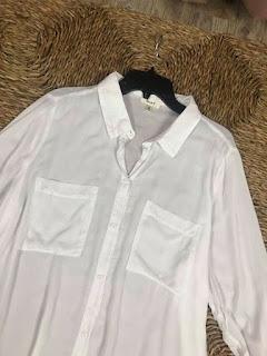 Áo sơ mi trắng, size M cho nữ.