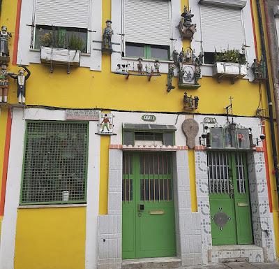fachada de casa com enfeites genuínos