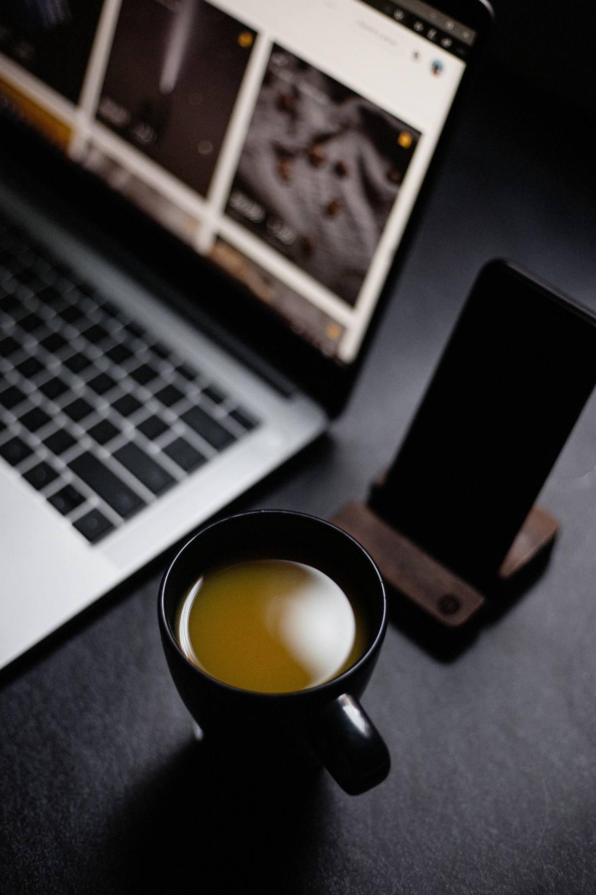 laptop-coffee-on-desk