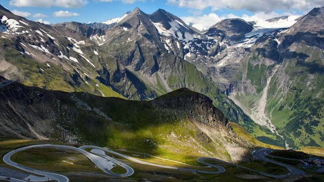 carretera curvada de Grossglockner con picos blancos de montaña