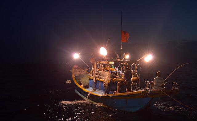 Ở xung quanh Hòn Thơm, ngư dân chủ yếu sống bằng nghề nuôi trồng thủy sản nên bạn có thể hỏi chủ tàu cách mua tour câu mực vào ban đêm hoặc câu cá trích vào ban đêm và lúc sáng sớm.