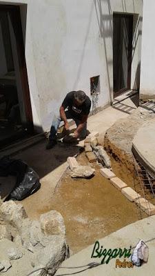 Bizzarri iniciando um mureta de pedra com pedra rústica com as escadas de pedra e o piso de pedra. Esse tipo de pedra rústica em tamanho de mamão até melancia, tanto da para fazer mureta de pedra como revestimento de pedra em construção com pedras em São Paulo-SP. 28 de setembro de 2016.