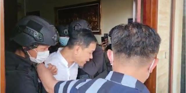 Detik-detik Penangkapan Munarman, Diseret Sampai Dilarang Pakai Sandal