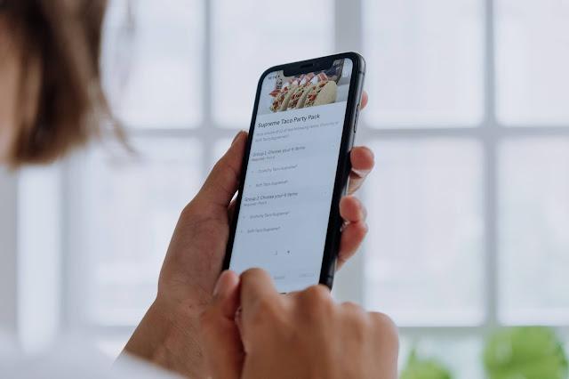 Pessoa utilizando o app de delivery
