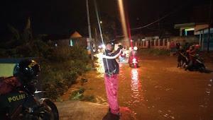 Binmas Ciluluk Polsek Cikancung Polresta Bandung, Gatur Lalin Malam Pantau Banjir