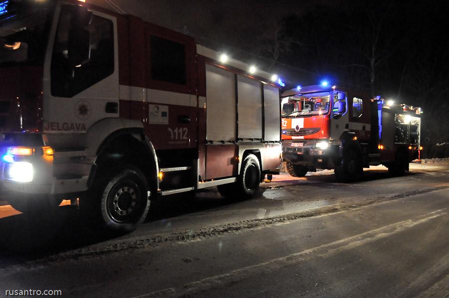 Divas ugunsdzēsēju mašīnas naktī