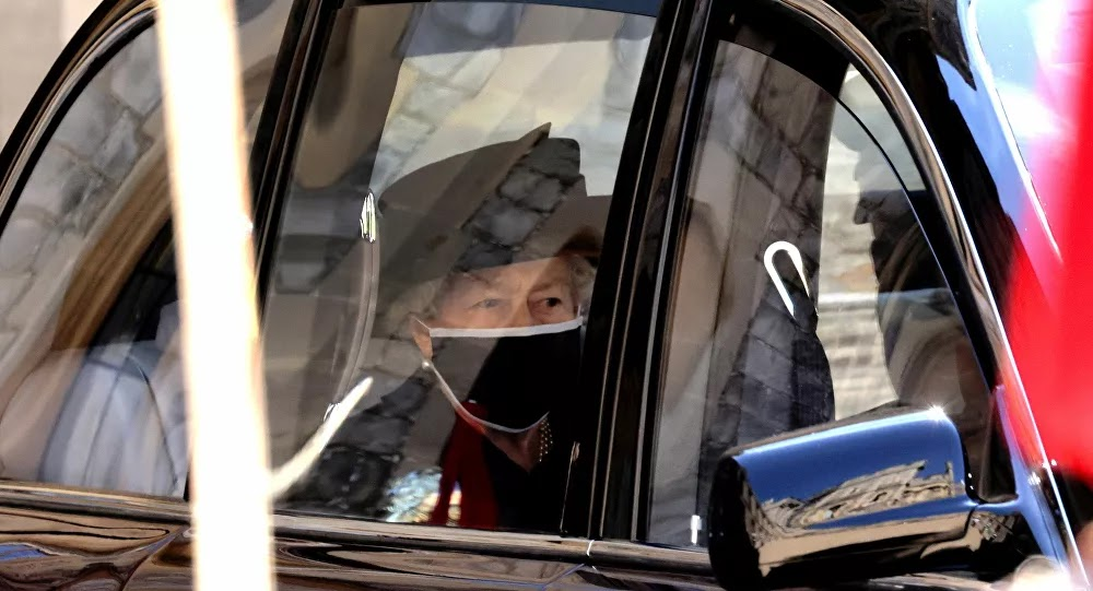 تفاصيل الرسالة المفجعة التي تركتها ملكة بريطانيا على تابوت الأمير فيليب