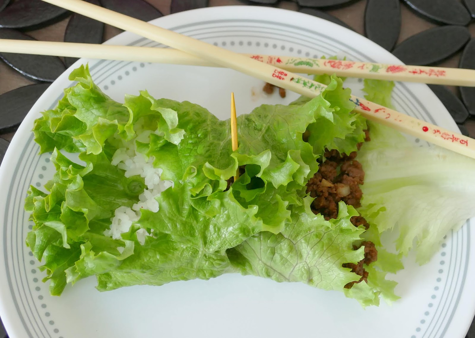 This healthy, easy and tasty lettuce wrap recipe is perfect for lunch or dinner! It combines garlic, ginger, sesame oil, soy sauce and chili powder for a delicious combo of flavors! Also great served in a bowl instead of a wrap. Ready in 15 minutes!