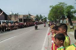 Anak Sekolah Sambut Kedatangan Jokowi di Grobogan
