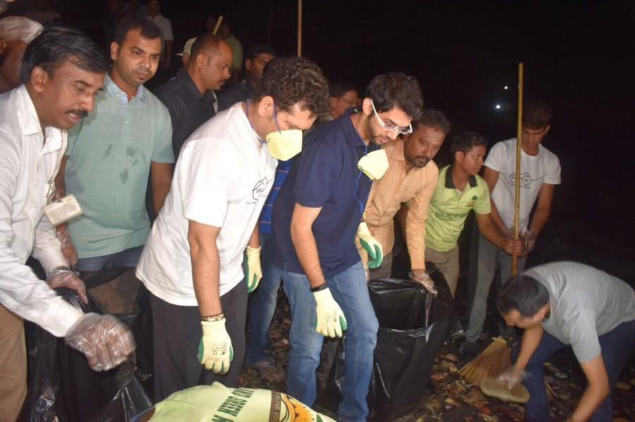 Sachin Tendulkar Joins Aditya Thackeray In Clean-up Drive